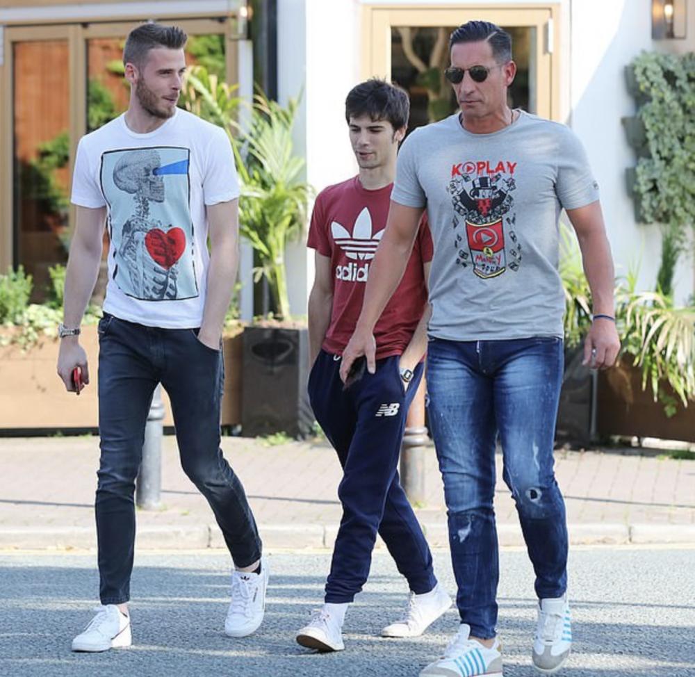 零封心情好!德赫亚和曼联门将教练愉快出街觅食